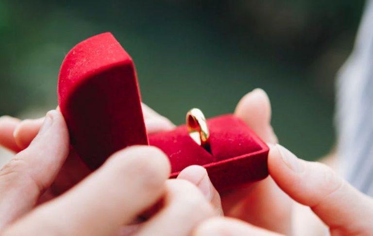 Soñar con un anillo de compromiso